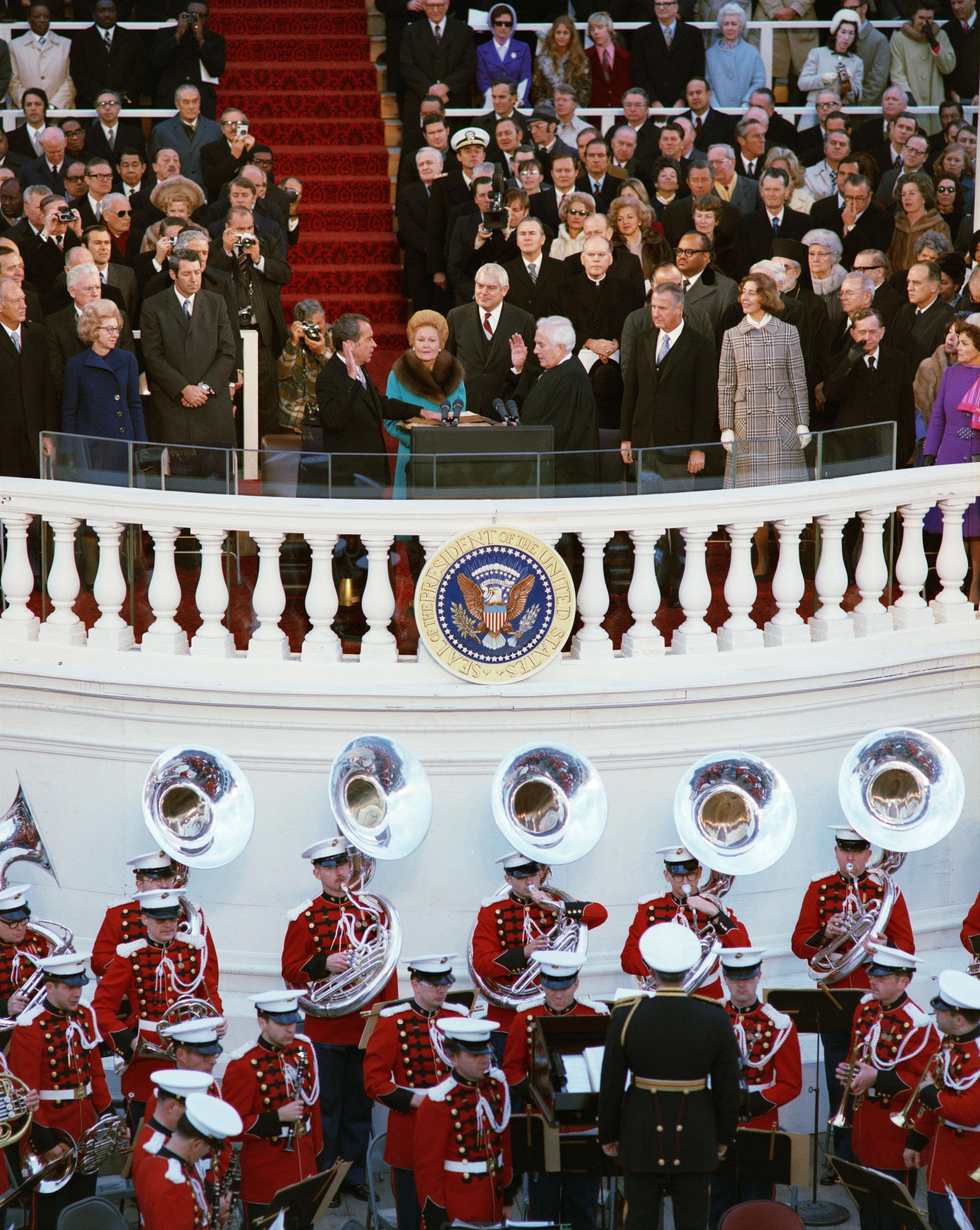 Richard Nixon tomá el juramento de Oficina durante su segunda inauguración como presidente, 01/20/1973.  (Identificador de los Archivos Nacionales: 7268203)